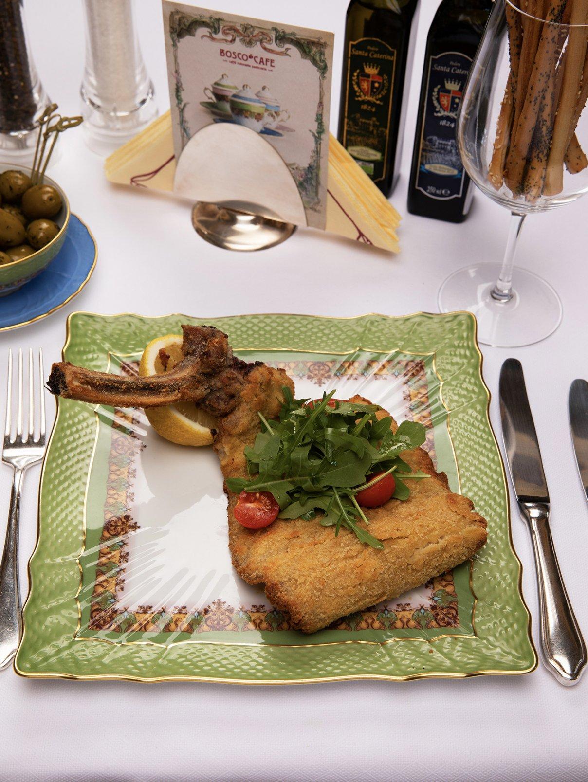 Котлета по-Милански с рукколой и помидорами черри BoscoCafe  –  Общий вид